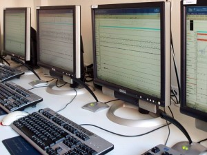 Überwachungsmonitore im Labor für Schlafmedizin